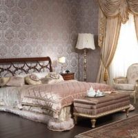 Lampas uz naktsgaldiņiem klasiskā stila guļamistabā