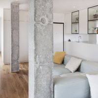 Neapstrādāta betona kolonnu virsma viesistabā