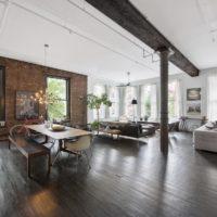 Bēniņu stila dzīvojamā istaba ar stabu istabas centrā