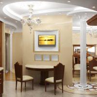 Apgaismojums viesistabā ar klasisku kolonnu