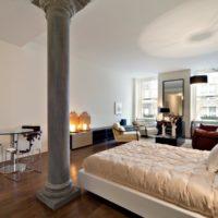 Mūsdienīgas guļamistabas ar stabu interjers