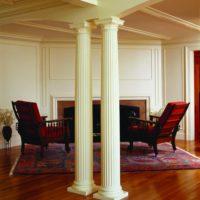 Poliuretāna kolonnas viesistabas interjerā