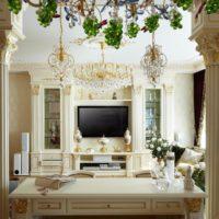 Klasisks viesistabas interjers ar kolonnām