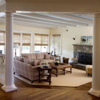Lauku mājas viesistaba ar kolonnām