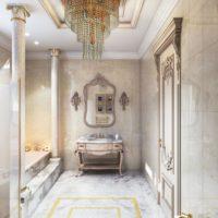 Skaista vannas istaba ar klasiskām kolonnām