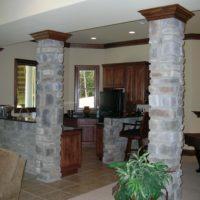 Dabiskā akmens kolonnas privātmājas virtuvē