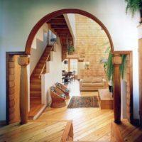Koka kolonnas durvju ailē