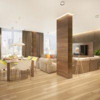Dzīvojamās istabas dizains ar koka kolonnu