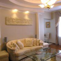 Sienu dekorēšana virs dīvāna ar kolonnām