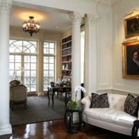 Klasiskās viesistabas interjers ar antīkām kolonnām