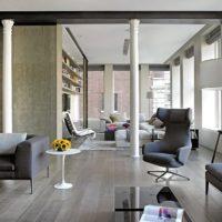 Dzīvojamās istabas interjers ar poliuretāna kolonnām