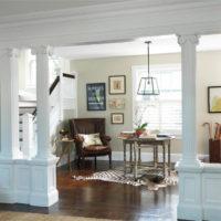 Reljefa kolonnas viesistabas dizainā