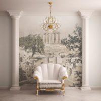 Klasisks atzveltnes krēsls starp antīkām kolonnām