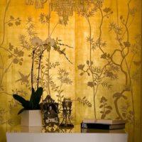 Zlatna pozadina s cvjetnim ornamentima