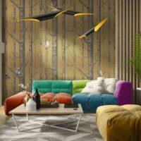 Svijetli namještaj u dnevnoj sobi sa zlatnim tapetama