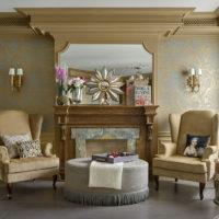 Zlatni kamin u dnevnoj sobi