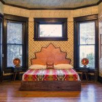 Spavaća soba u orijentalnom stilu s drvenim podom