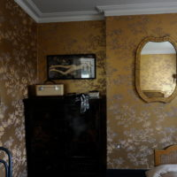 Tamni komoda u spavaćoj sobi privatne kuće