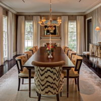 Dugi stol za blagovanje u klasičnoj dnevnoj sobi