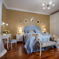 Plava posteljina u spavaćoj sobi s drvenim podom.