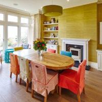 Prekrivači stolica u više boja u dnevnoj sobi