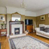Sivi tepih na podu dnevne sobe u privatnoj kući