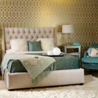 Fotelja u spavaćoj sobi s tirkiznom presvlakom