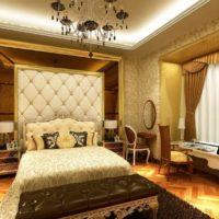 Crni luster u spavaćoj sobi sa zlatnim dekorom