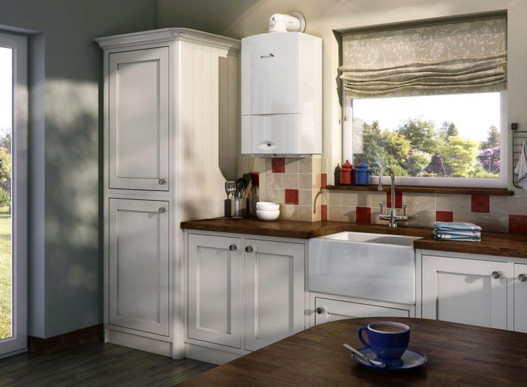 Intérieur de cuisine avec chaudière à gaz au mur près de la fenêtre
