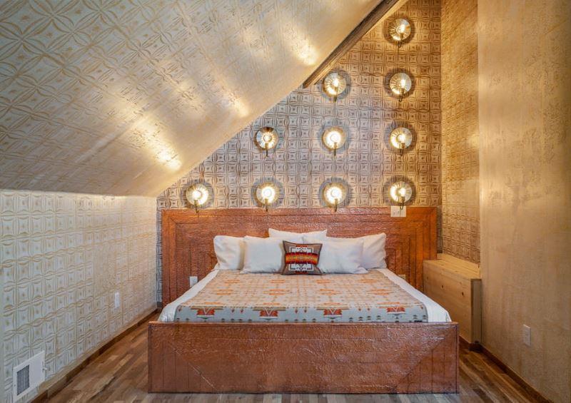 Rasvjeta u spavaćoj sobi sa zlatnim tapetama