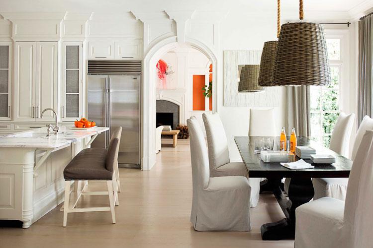 Lampes de tiges de saule à l'intérieur de la salle à manger