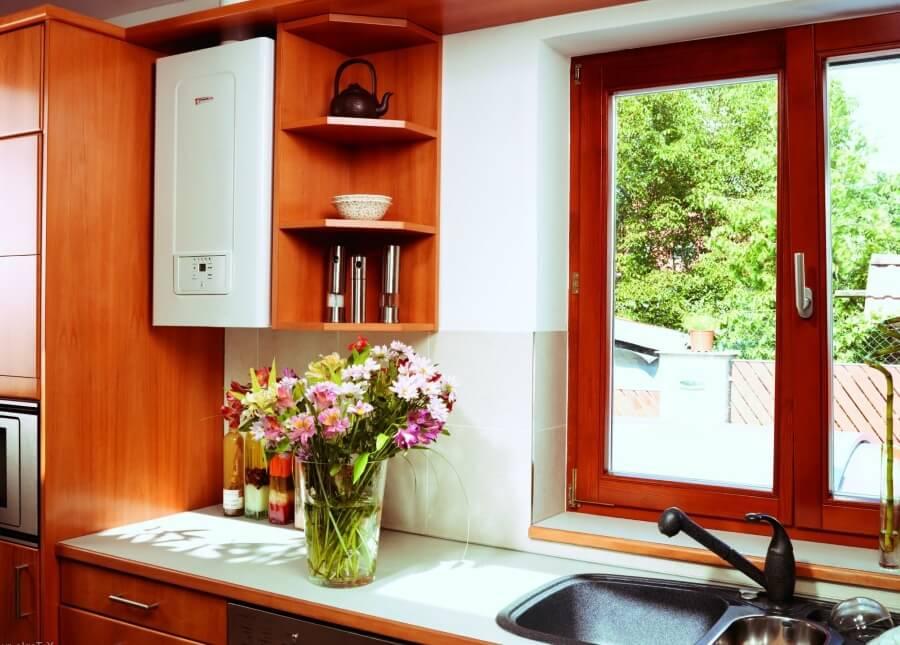 Intérieur de la cuisine d'une maison privée avec une chaudière à gaz près de la fenêtre