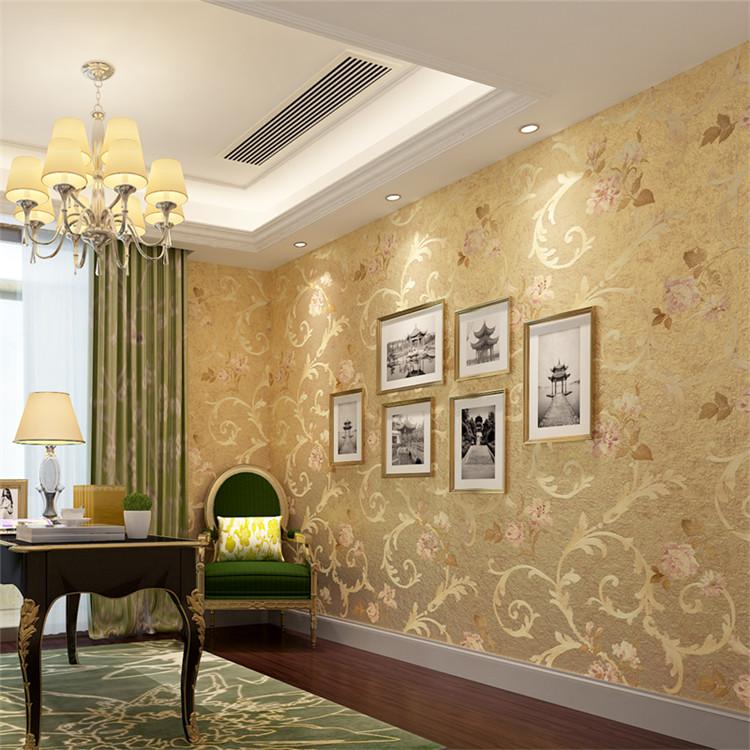 Zlatni dekor na tapetama u dnevnoj sobi gradskog stana
