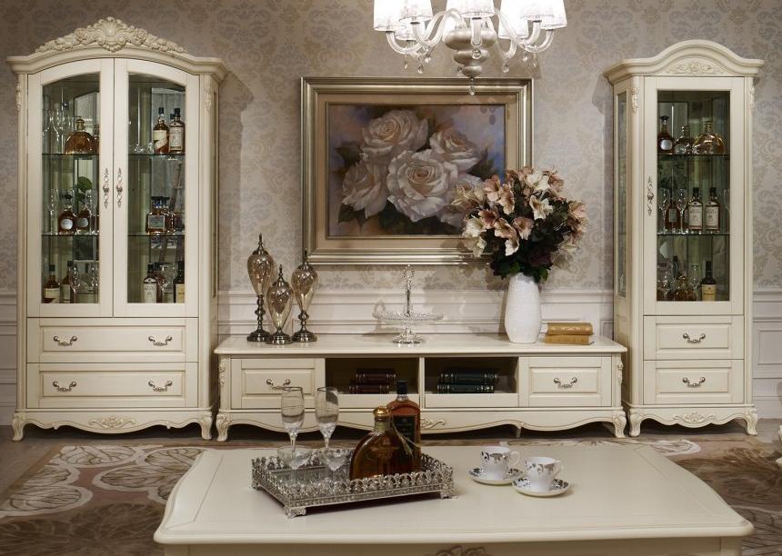 Skapji ar piederumiem klasiskā stila viesistabā