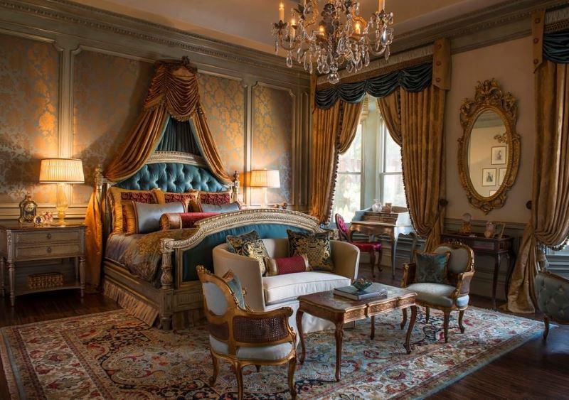 Bogata unutrašnjost spavaće sobe u klasičnom stilu s tapetama od tamnog zlata