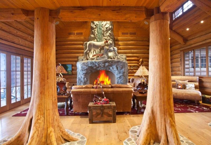 Koka kolonnas guļbūves interjerā