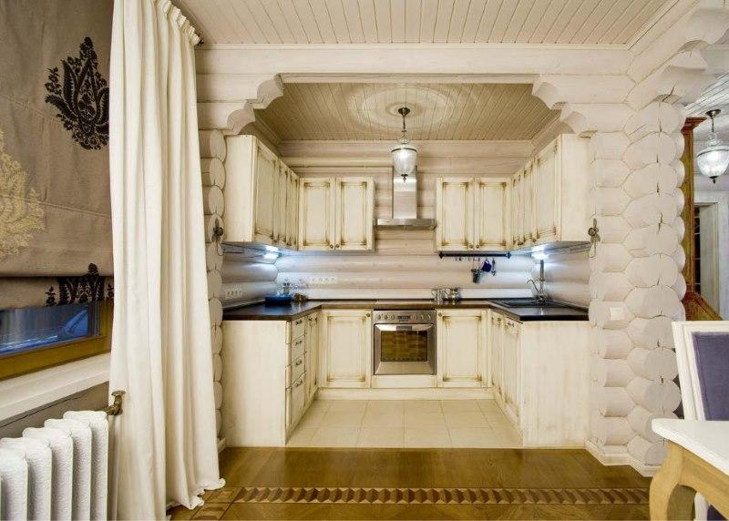 Concevoir une petite cuisine dans une maison en rondins