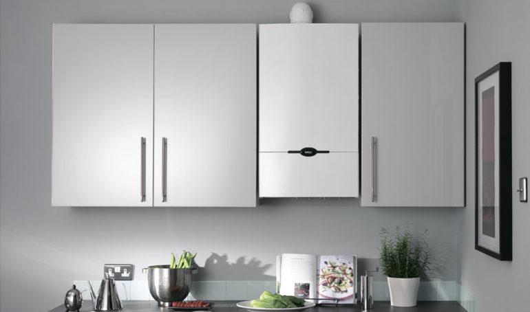Chaudière à gaz blanche entre les armoires de la cuisine