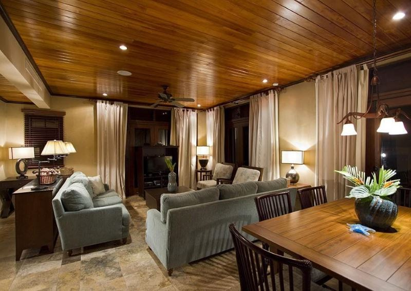 Tumšs istabas dizains ar koka griestiem