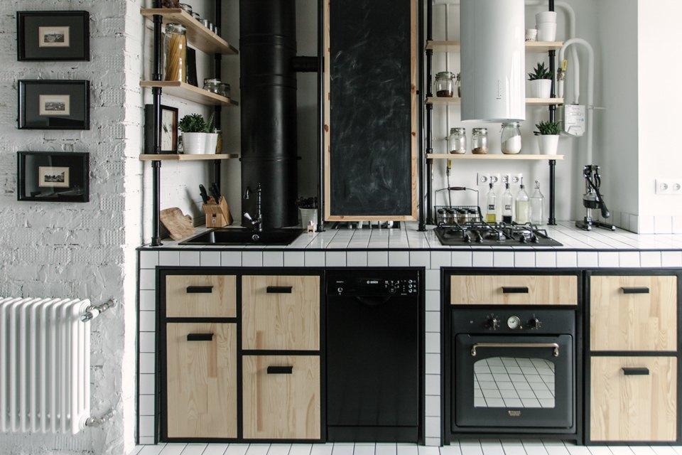 Intérieur de cuisine de style loft avec chaudière à gaz