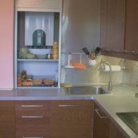Étagères pour les ustensiles de cuisine à l'intérieur d'une armoire avec une chaudière à gaz