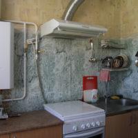 Placement ouvert d'un geyser dans la cuisine d'une vieille maison