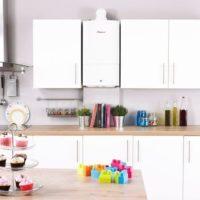 La combinaison d'une chaudière à gaz blanche avec un ensemble de cuisine de la même couleur