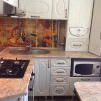 Une bonne option pour déguiser une chaudière à gaz dans une petite cuisine