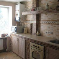 Finition de l'espace de travail de la cuisine avec des carreaux de céramique