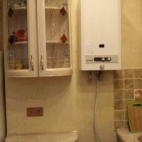 Cabinet avec portes vitrées à côté de la chaudière à gaz