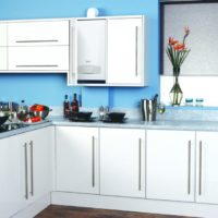 Conception d'un ensemble de cuisine avec des façades blanches