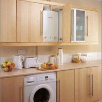 Machine à laver dans une cuisine avec un chauffe-eau à gaz