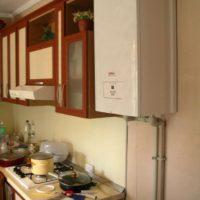 Colonne à gaz à l'intérieur de la cuisine à Khrouchtchev
