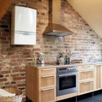 Chaudière à gaz blanche sur un mur de briques